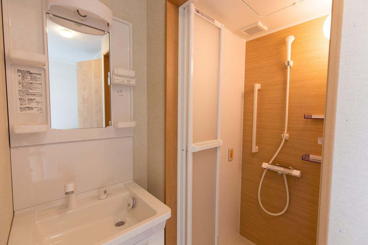 シャワー室と洗面台。隣には温水洗浄便座付きトイレがある