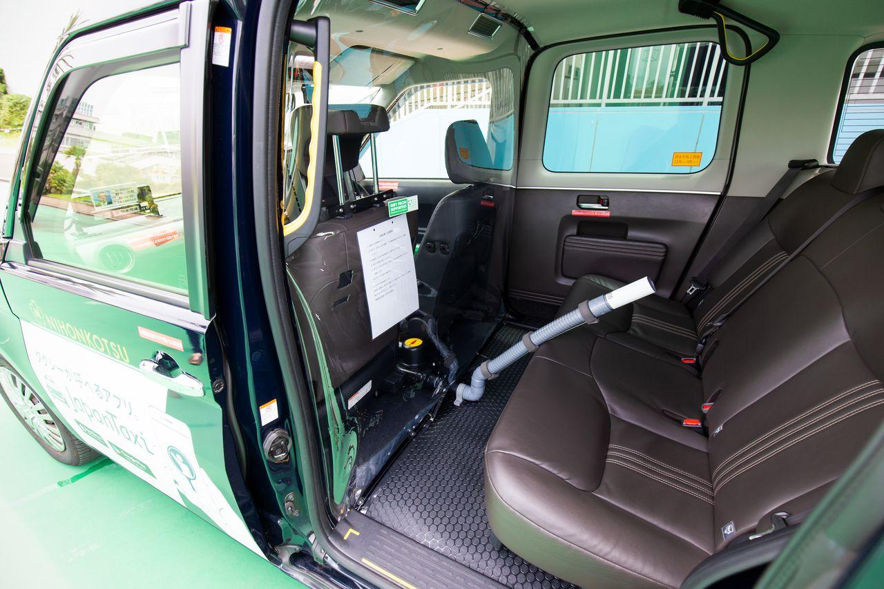 日本財団が整備を支援した「飛沫循環抑制車両」。後部座席の空気が運転席まで循環しないように、ビニールシートで区切って、前方を陽圧、後方を陰圧とする