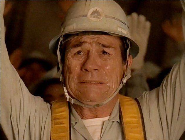 『地上の星篇』:トンネルの掘削で爆破に成功し、涙を流して万歳三唱をする宇宙人ジョーンズ