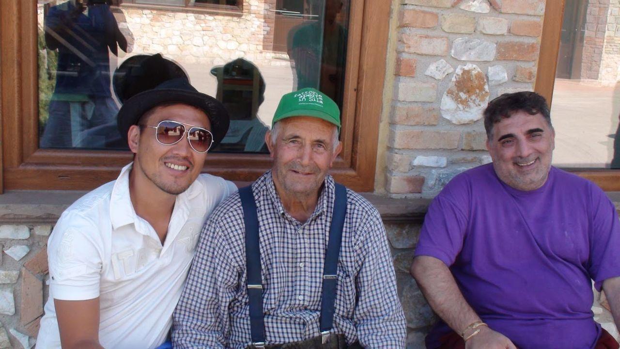 ファットリアビオ北海道高橋社長(左)とイタリアのチーズ工房ファットリアビオの社長(中)、エリオ・オルサーラ氏(右) ファットリアビオ北海道提供