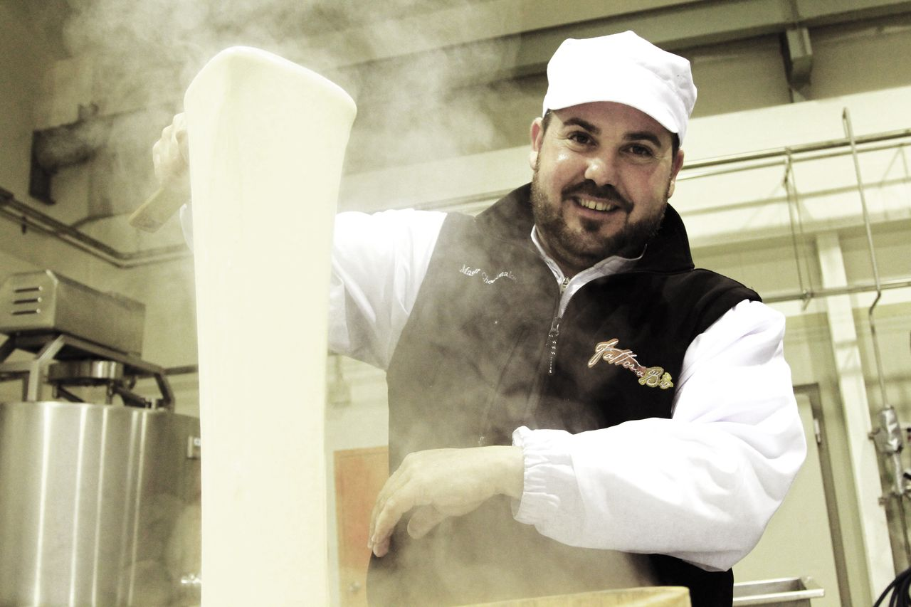 イタリア人の熟練チーズ職人、ジョバンニ・グラツィアーノさん ファットリアビオ北海道提供