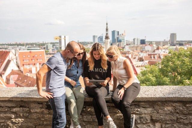 エストニアの首都タリンで旧市街の散策を楽しむ人達 Renee Altrov/brand estonia