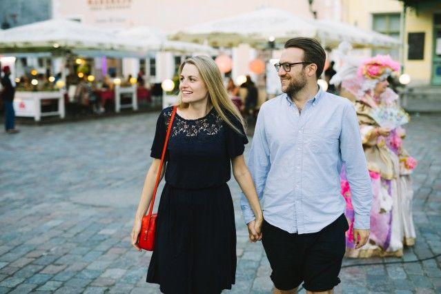 タリン市の旧市街の散策を愉しむカップル Rasmus Jurkatam/brand estonia