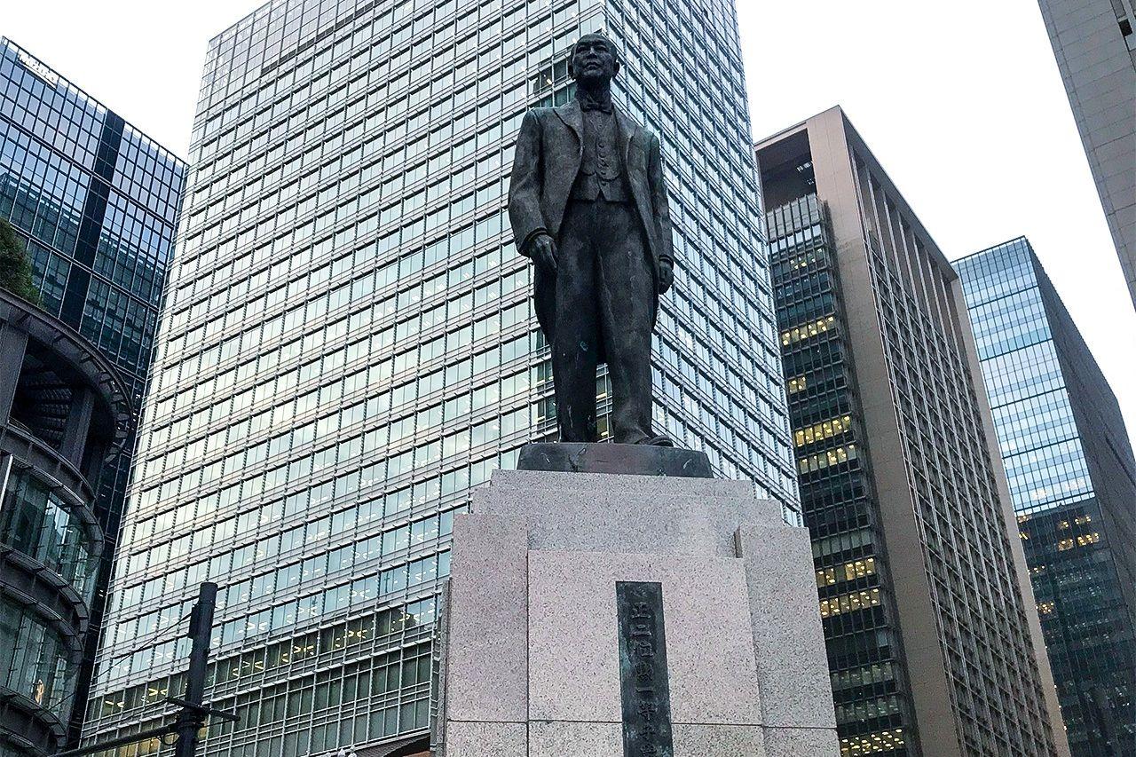現在東京駅丸の内北口の井上勝氏の銅像(撮影:鄭 仲嵐)