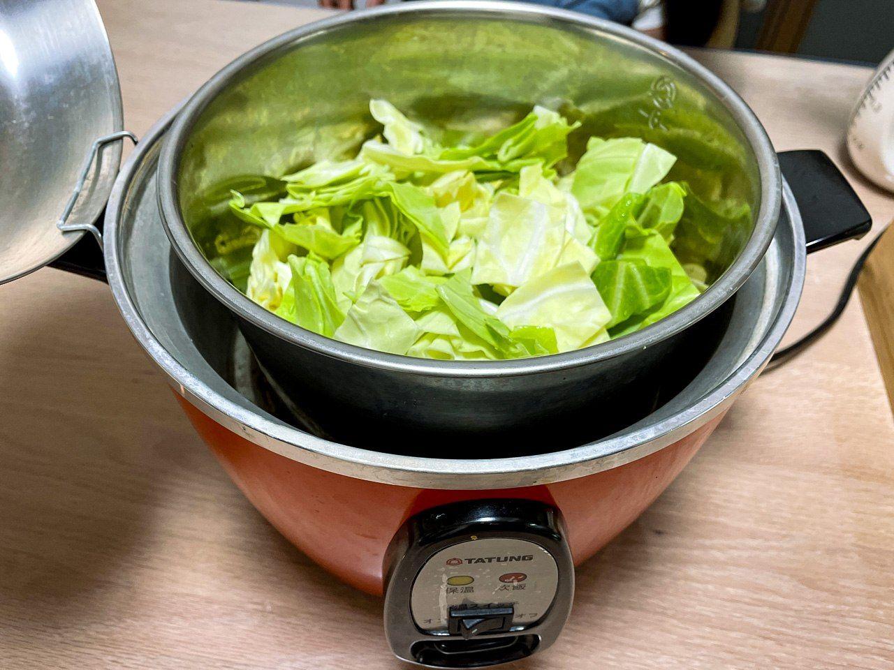 食材と調味料を入れた内鍋を電鍋にセット
