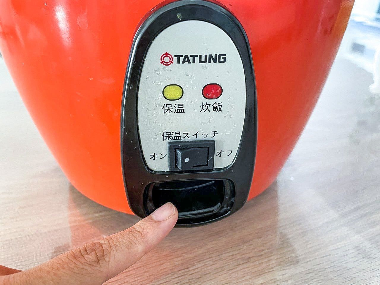 スイッチを押す。電源のオンオフと保温の切り替えボタンのみ