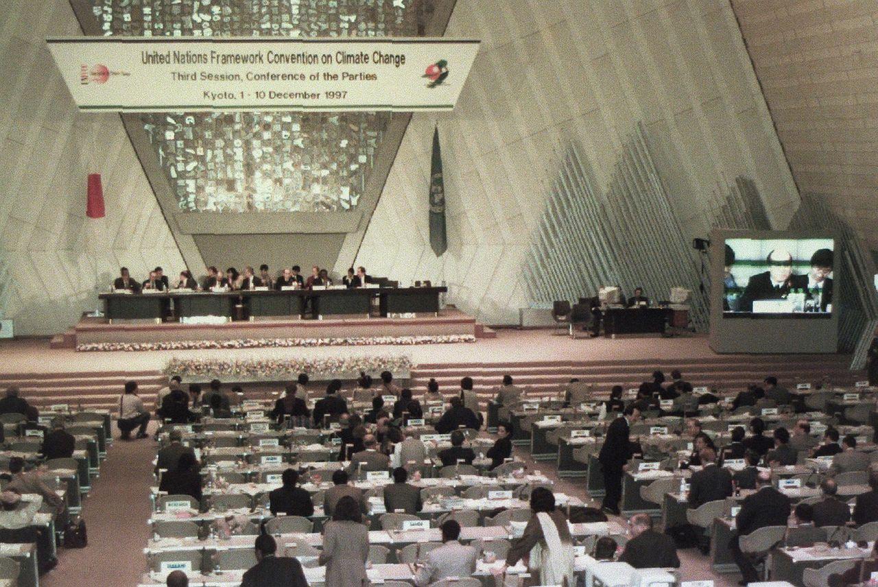 世界で初めて温室効果ガス排出削減ための国際条約「京都議定書」が採択された地球温暖化防止京都会議=1997年撮影(時事)