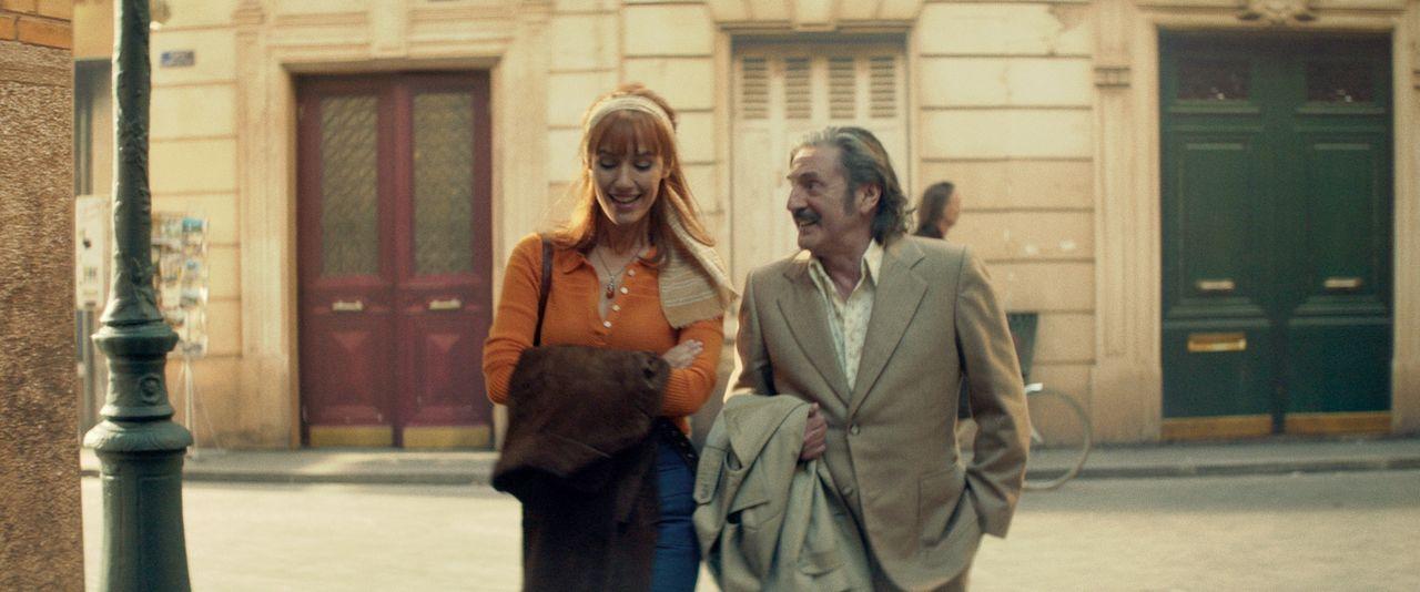 70年代の街並みを再現したセットで「運命の女性」(ドリア・ティリエ)との再会を楽しむヴィクトル ©2019 - LES FILMS DU KIOSQUE - PATHÉ FILMS - ORANGE STUDIO - FRANCE 2 CINÉMA - HUGAR PROD – FILS – UMEDIA