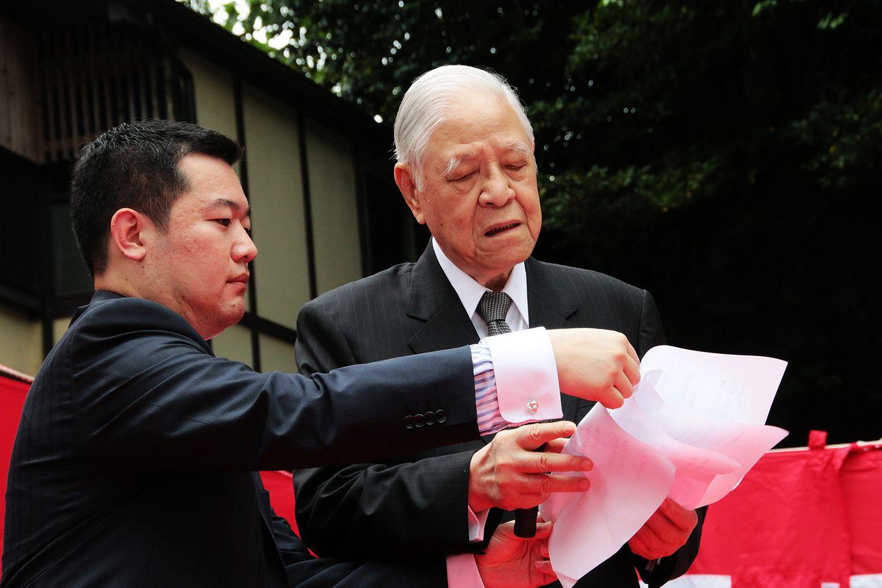 2015年7月に宮城県松島町の瑞巌寺を訪問した李登輝。瑞巌寺には、李登輝夫妻が2007年に「奥の細道」を歩いた際、芭蕉にあやかって詠んだ俳句の句碑が建立されている(早川友久氏提供)