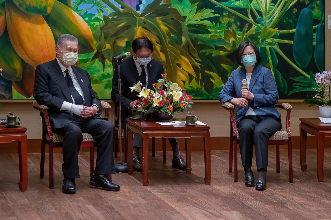 李登輝の死に際し、長年の友人である森喜朗元首相が政府代表として訪台、蔡英文総統と会談した(台湾総統府提供)