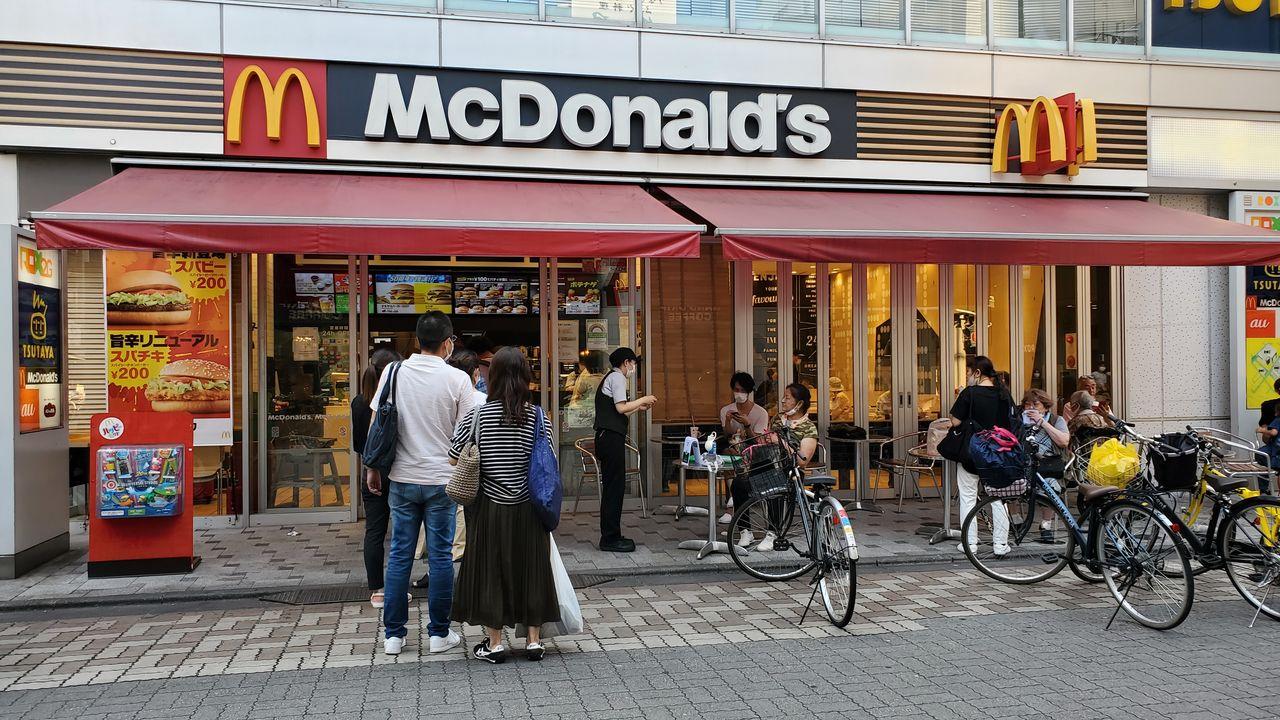 行列ができるほど賑わう都内のマクドナルド店 撮影:筆者