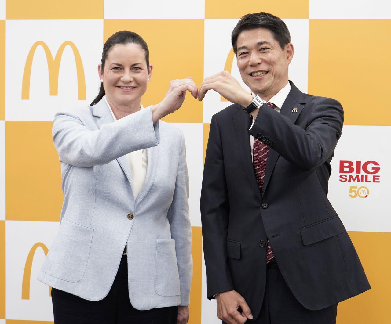 日本マクドナルドホールディングスのサラ・カサノバ社長(左、当時)と、後任となる日色保取締役 2021年02月19日、東京都新宿区の同社本社 時事(日本マクドナルド提供)