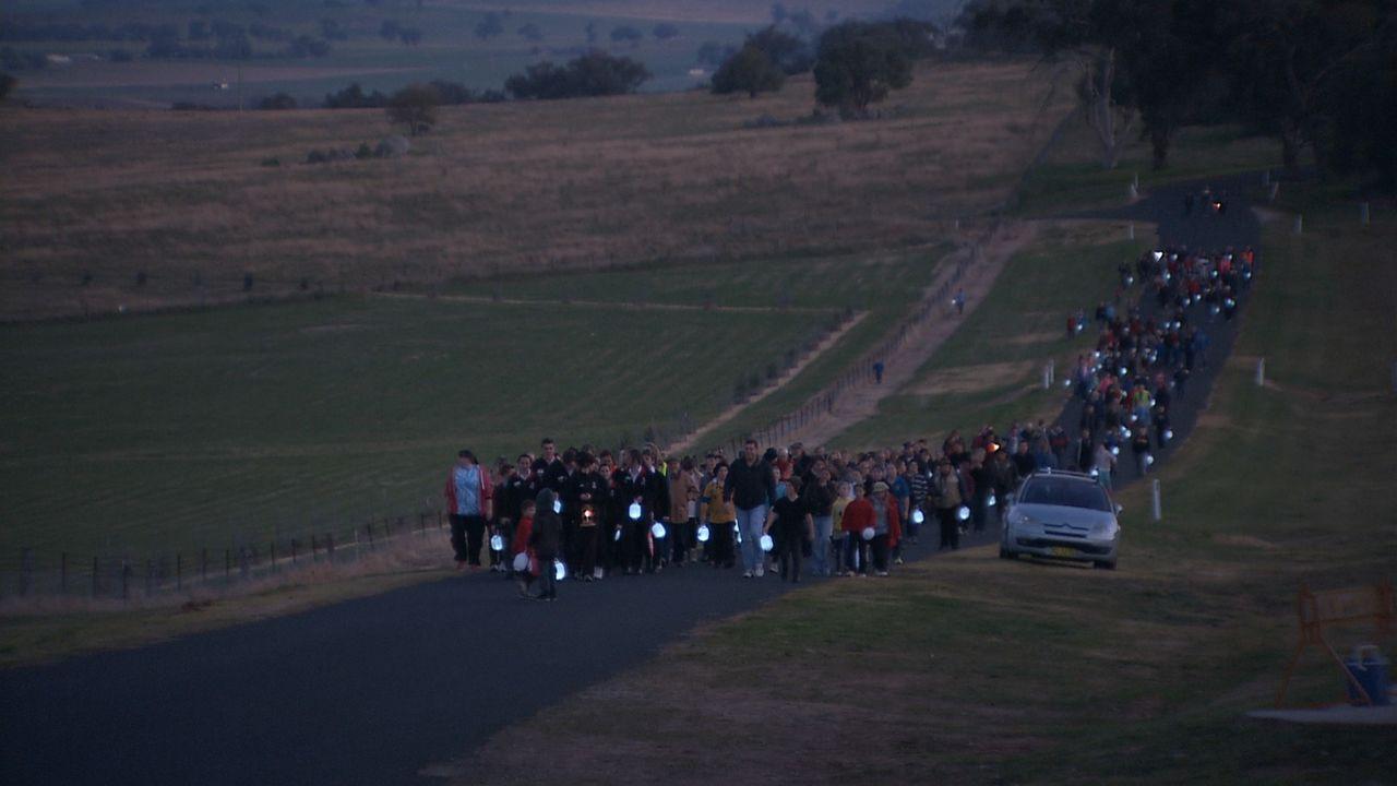 カウラ事件ではオーストラリア軍の監視兵4人も亡くなった。犠牲者を追悼し平和を祈念するランタン・ウォークに多くの市民が参加 ©瀬戸内海放送