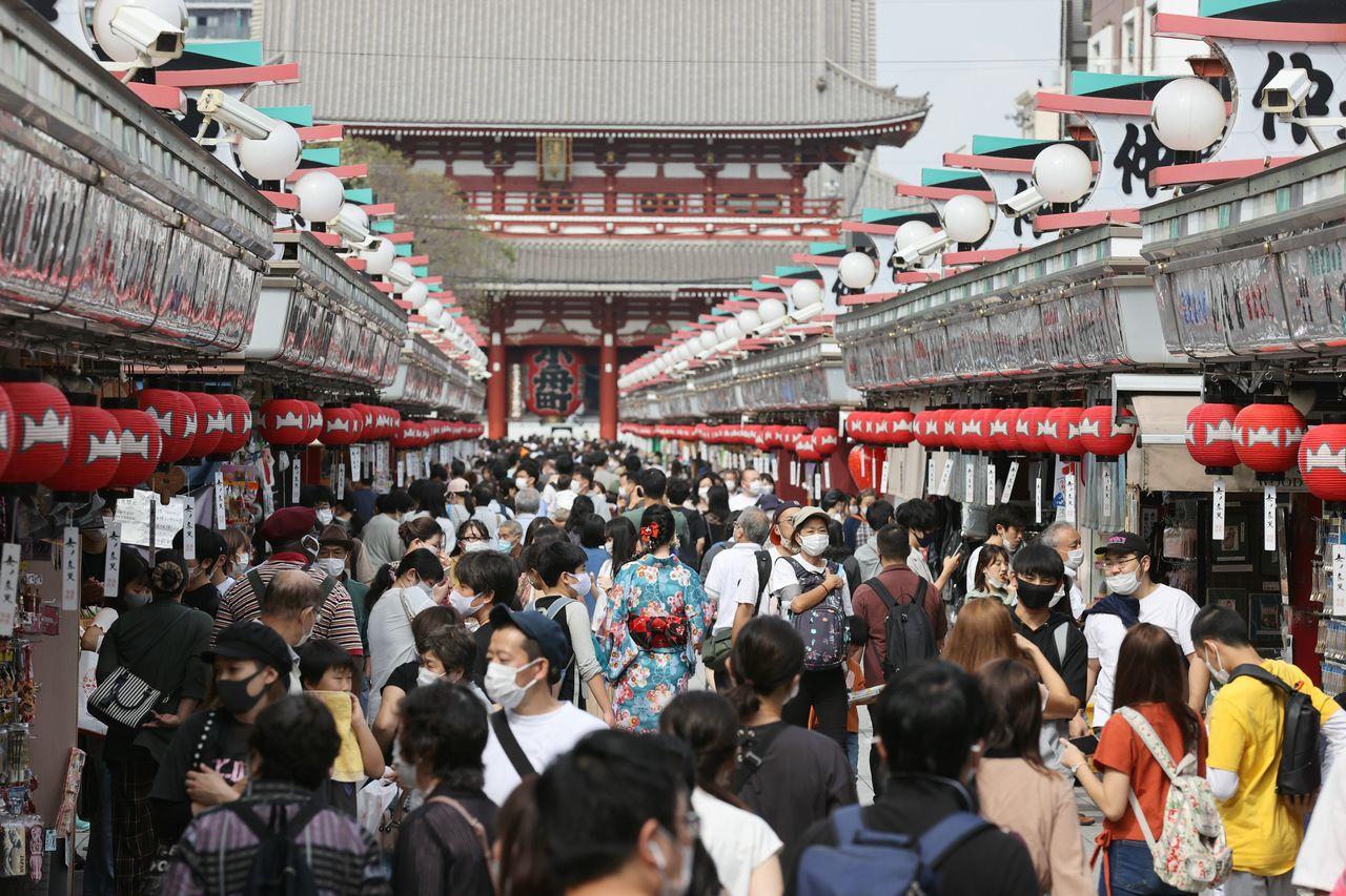 「Go Toトラベル」の対象に、東京都発着の旅行が加わって迎えた最初の週末。東京・浅草の仲見世には多くの人出が見られた=2020年10月3日(時事)
