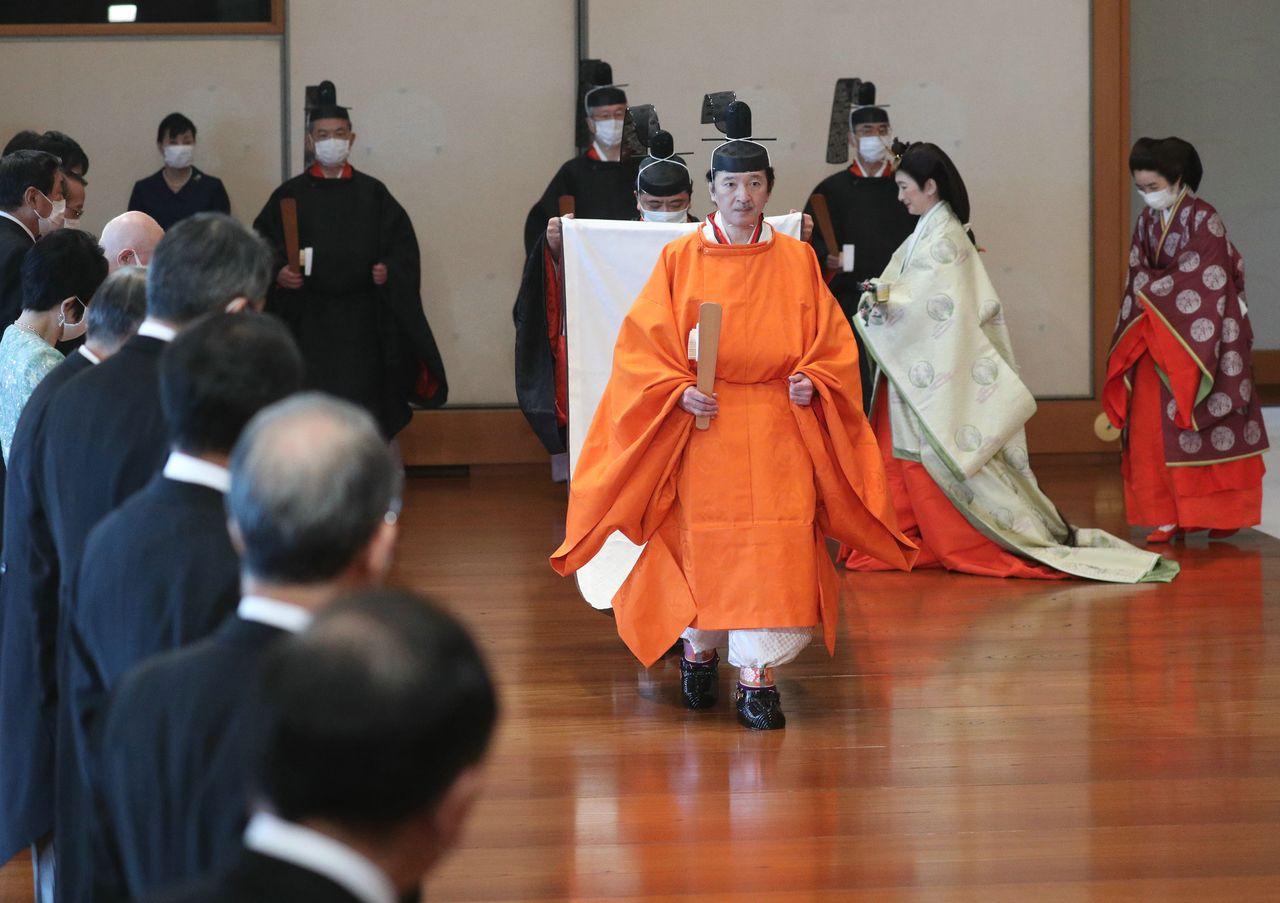 「立皇嗣宣明の儀」で天皇陛下の前に進まれる秋篠宮さま=2020年11月8日、皇居・宮殿「松の間」(時事)