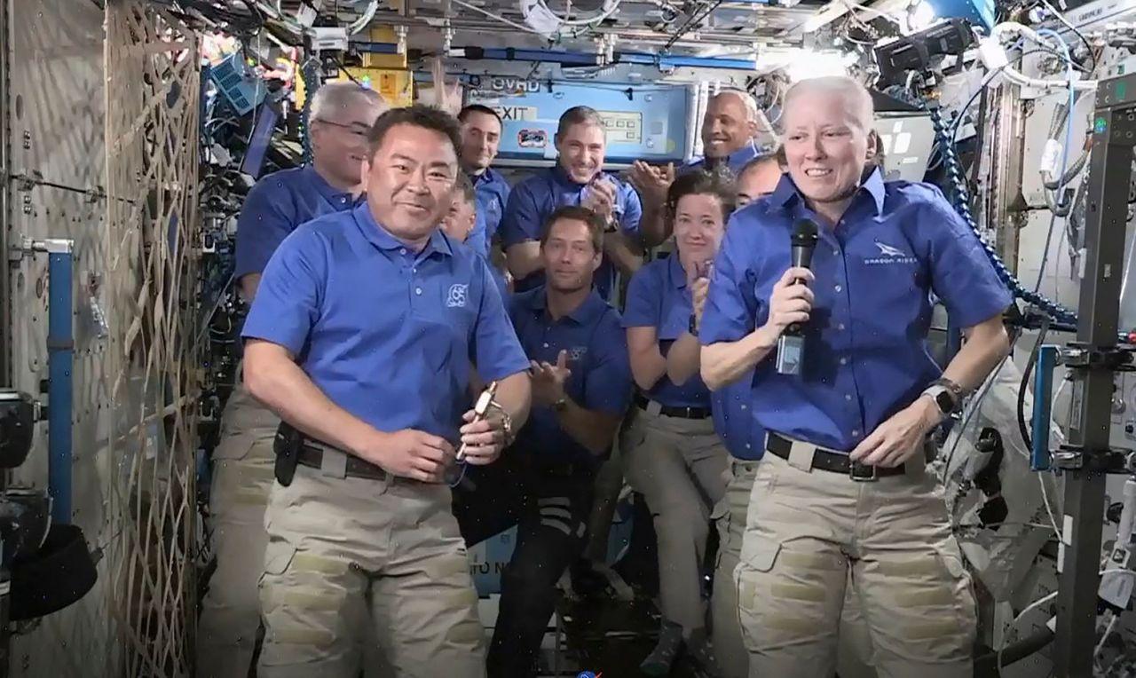 国際宇宙ステーションで乗組員らの見守る中、船長の引き継ぎ式に臨んだ星出彰彦さん(前列左)=2021年4月27日(NASAテレビから・AFP=時事)