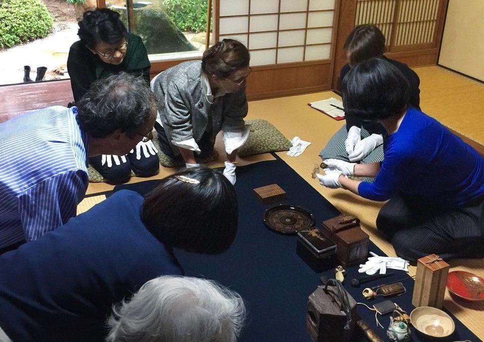 出雲市の手錢記念館にて。ツアー参加者が実際に美術工芸品を手に触れながら、作品の由来などを聞けるセッションを設けた。(著者リチャード氏提供)