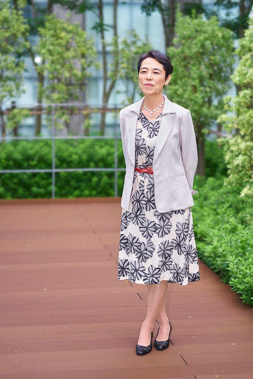 インタビュー当日の装いは、母のものだった和服をリメイクしたワンピース。帯締めのベルトがアクセントだ。「ファッションでも、さりげなく日本文化をアピールすることを心掛けています」と言う中谷さん(2020年9月、笹川平和財団ビルの屋上で撮影)