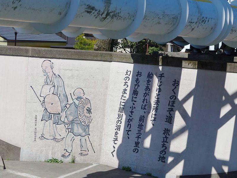 Настенную роспись, изображающую Басё и Сора, несколько заслоняют водопроводные трубы