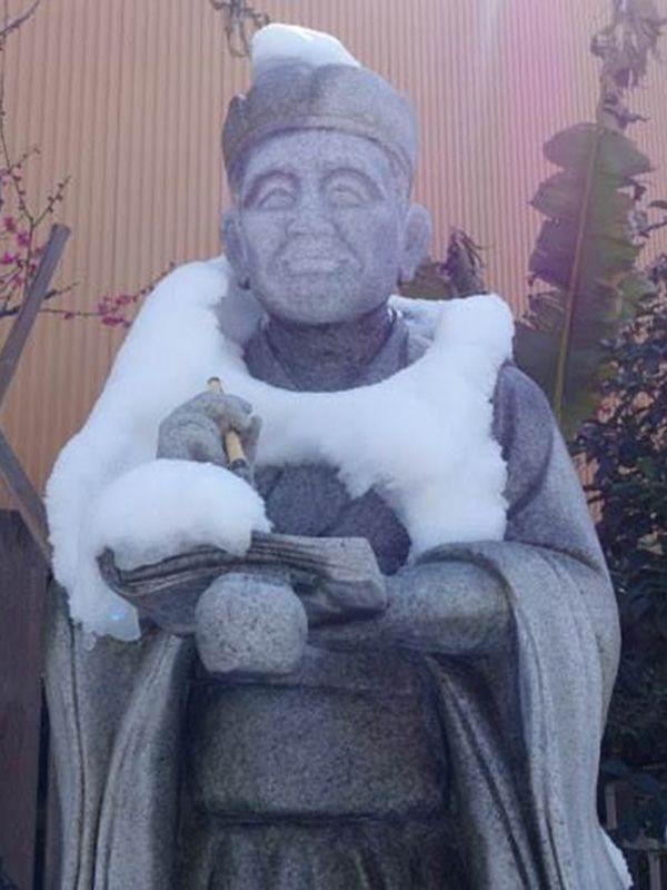 Басё сочиняет хайку на зимнюю тему