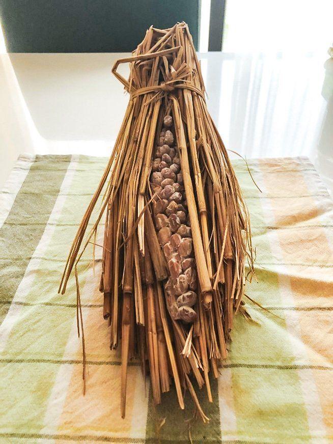 Рисовая солома является естественным носителем натто-кин и использовалась для производства ферментированных бобов на протяжении сотен лет. Характерный «ореол» бактерий на бобах – верный признак того, что натто готово