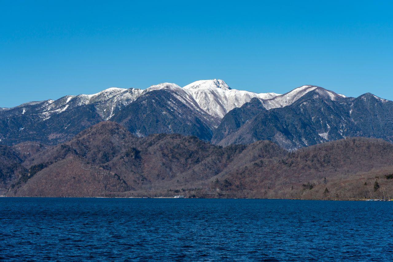 Заснеженные горы Никко-Сиранэ и озеро Тюдзэндзи (фотография: PIXTA)
