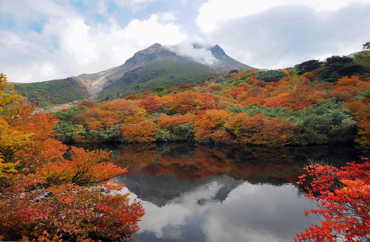 Пик Тяусу, главная вершина горы Насудакэ, которая продолжает извергаться (1915 м; фотография Ассоциации туризма и продукции префектуры Тотиги)