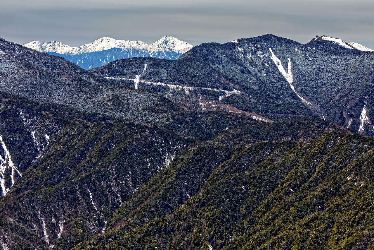 Горы Кимпу и Сираминэ после первого снега, вид с горы Кобуси (фотография PIXTA)