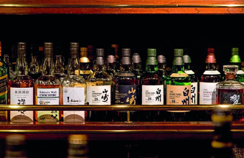 Бутылки виски в баре Cordon Noir в Киото