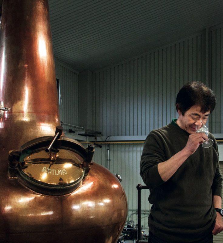 Акуто Итиро из компании Venture Whisky пробует виски на вискокурне Chichibu Distillery