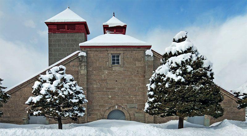 Вискокурня компании Nikka в Ёити, Хоккайдо, зимой обычно скрыта под слоем глубокого снега