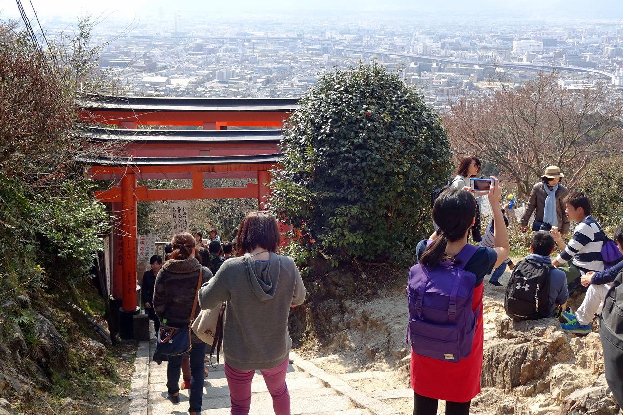 На пути к святилищу Фусими Инари открывается вид на Киото и окружающие холмы