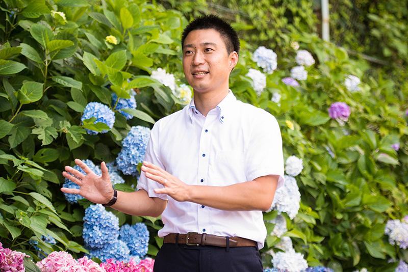 Итихара Кэнта, работающий на линии Хаконэ-тодзан, рассказывает о гортензиях и железной дороге