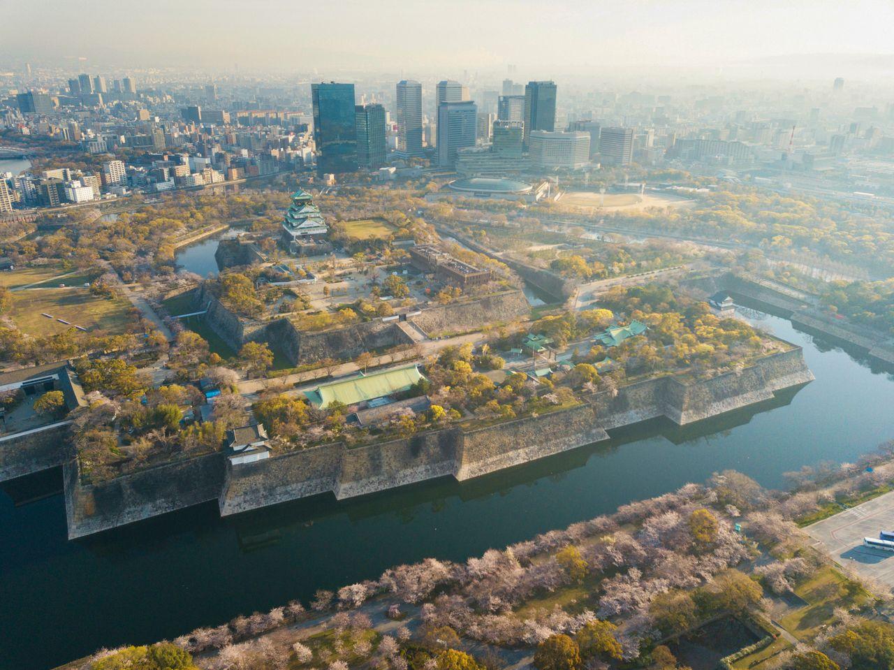 Парк замка Осака, в центре которого возвышается цитадель с главной замковой башней