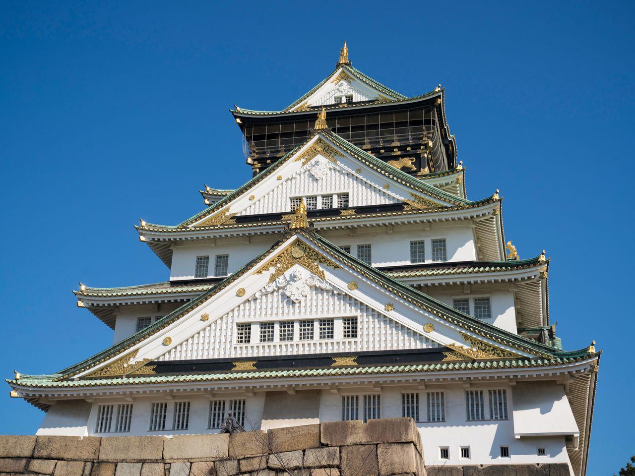 Современная главная башня замка, созданная по образу ряда изображений, в числе которых рисунок на ширме «Летняя осакская кампания»