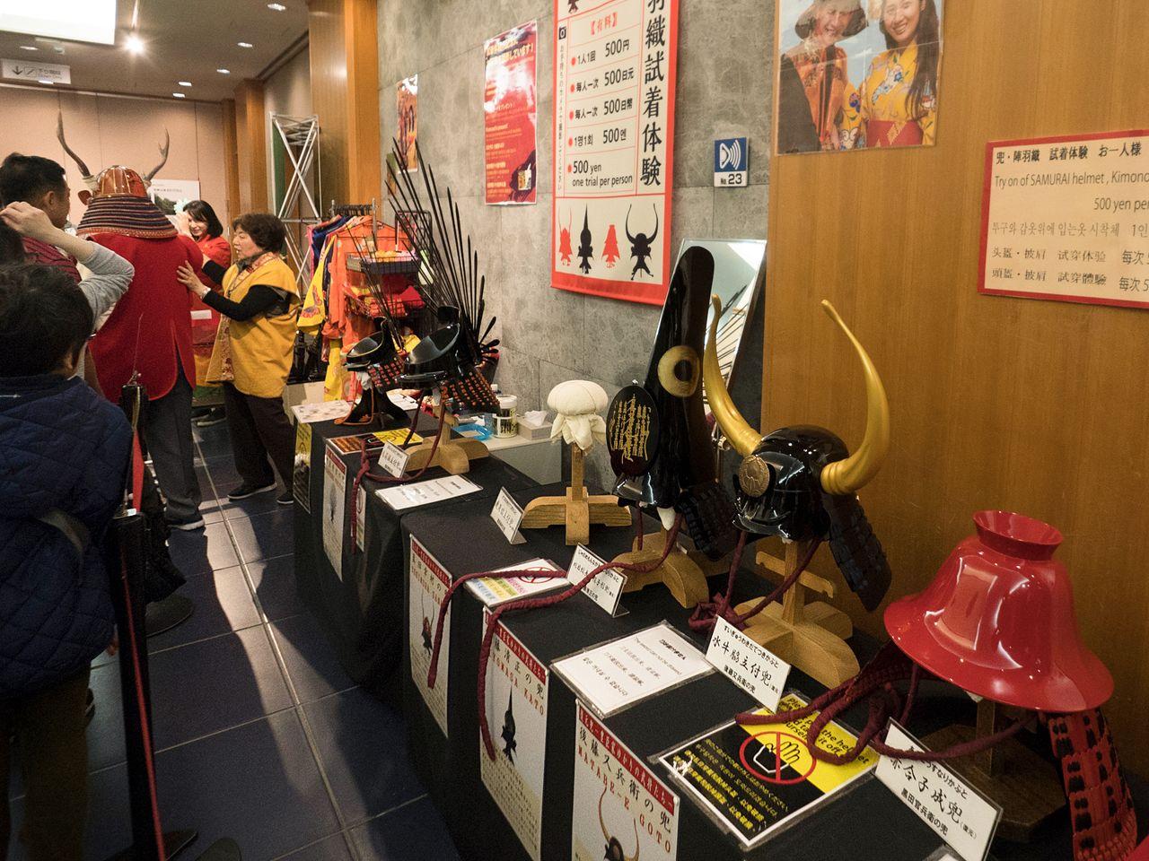 Большой и разнообразный выбор шлемов для примерки. Спереди справа налево: копии вещей, принадлежавших Куроде Камбэ, Гото Матабэ, Като Киёмасе и Тоётоми Хидэёси. В глубине в доспехах – манекен Санады Юкимуры