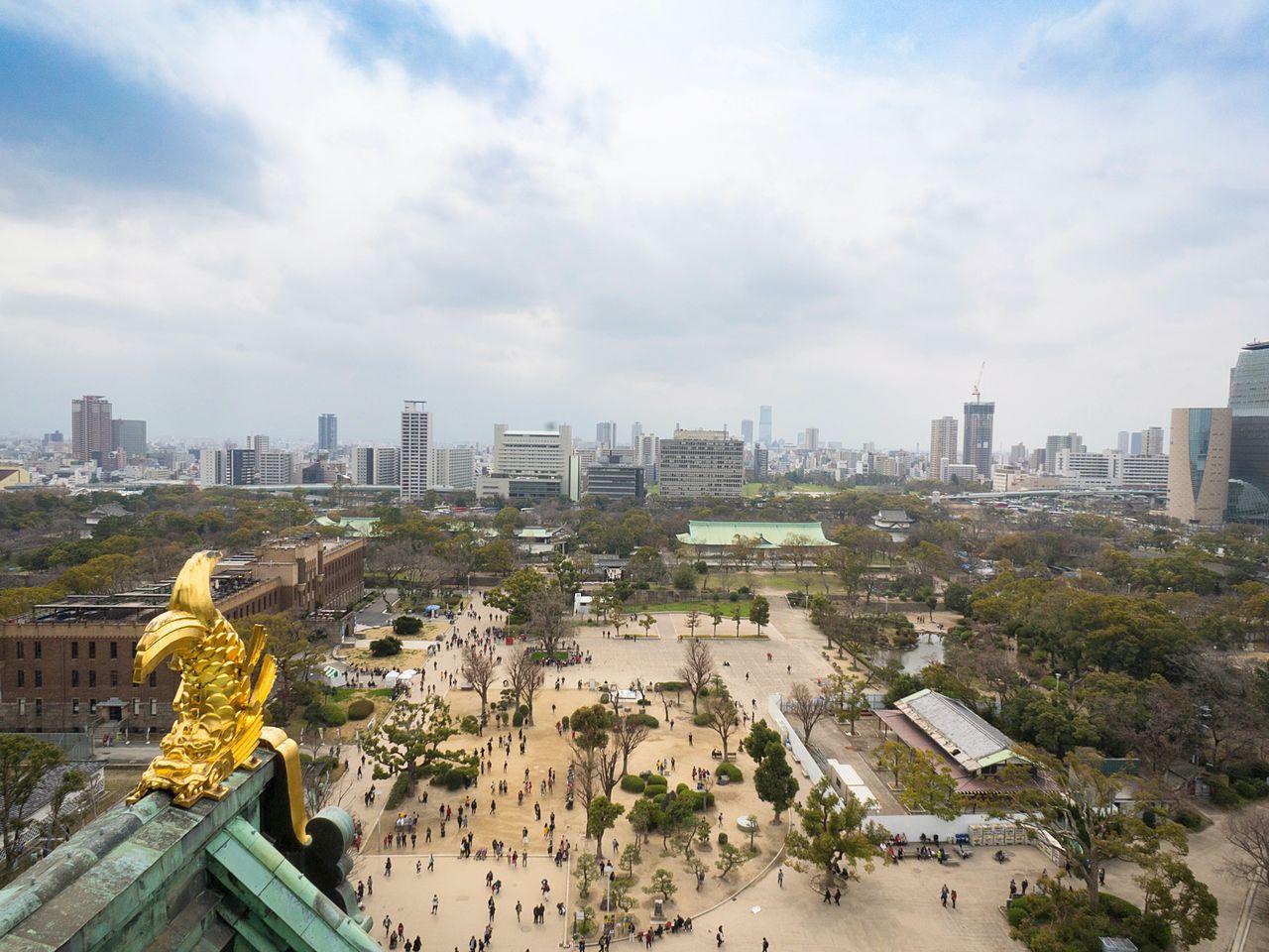 С видовой площадки можно насладиться панорамой поверх золочёных рыб-украшений верхушки замковой башни