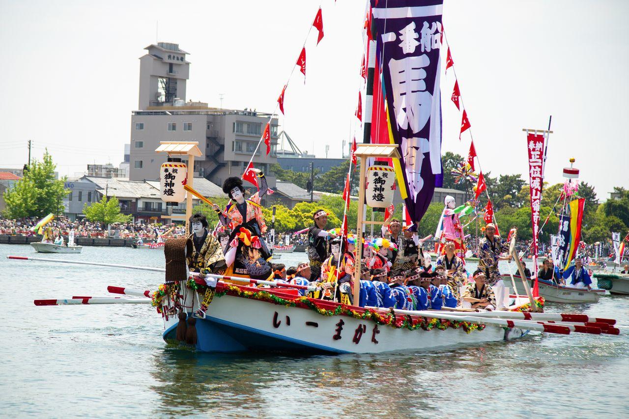 Красочно украшенное судно кайдэммасэн, на носу которого выступает исполнитель кэнгай