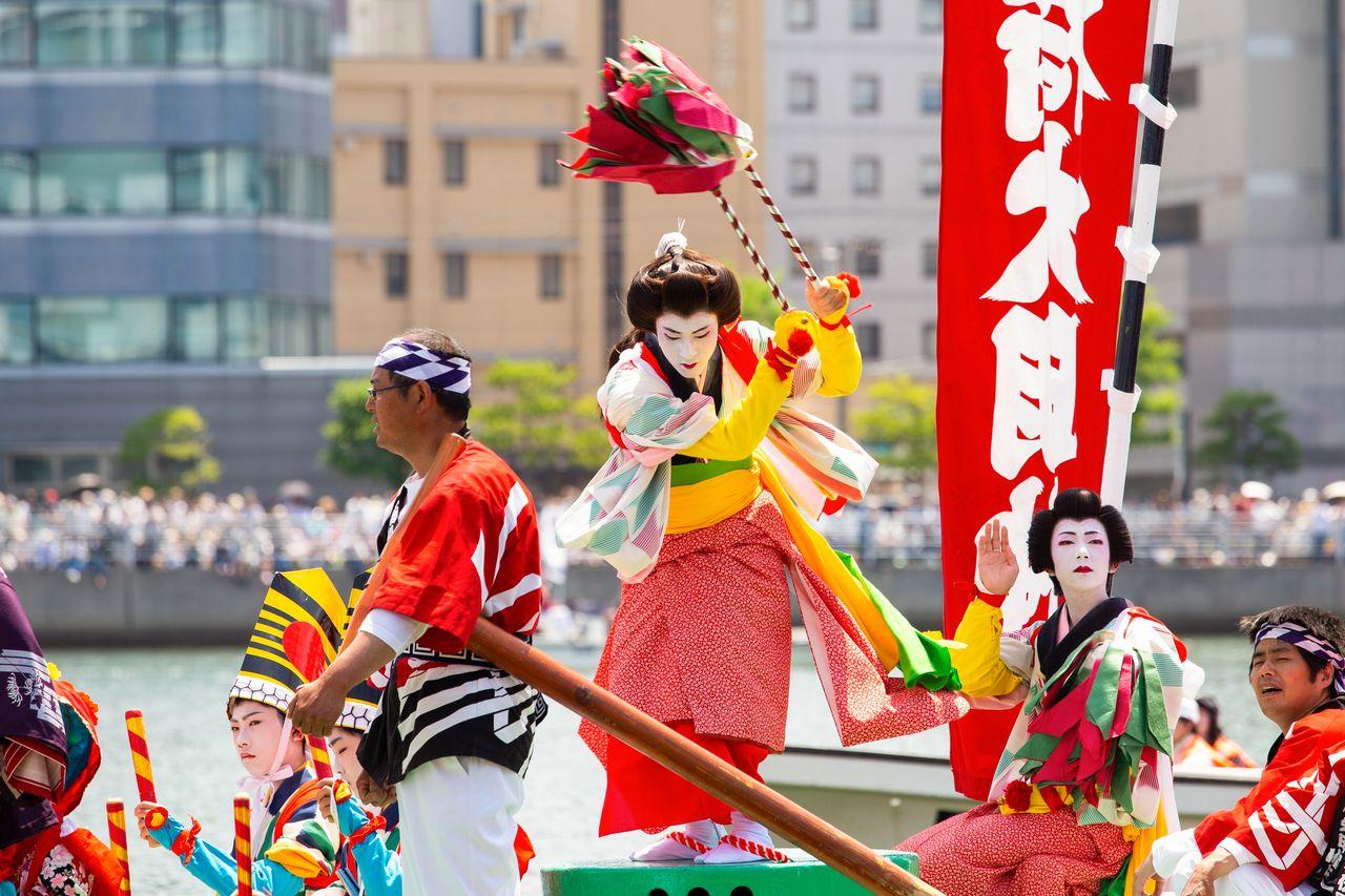 Актёры оннагата элегантно исполняют танец дзайфури на корме лодки