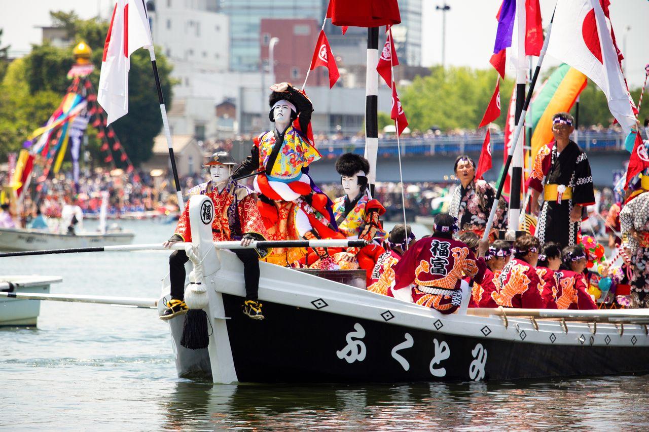 Актёры кэнгай устроили мужественное шоу на лодке «Фукутоми» с чёрным корпусом