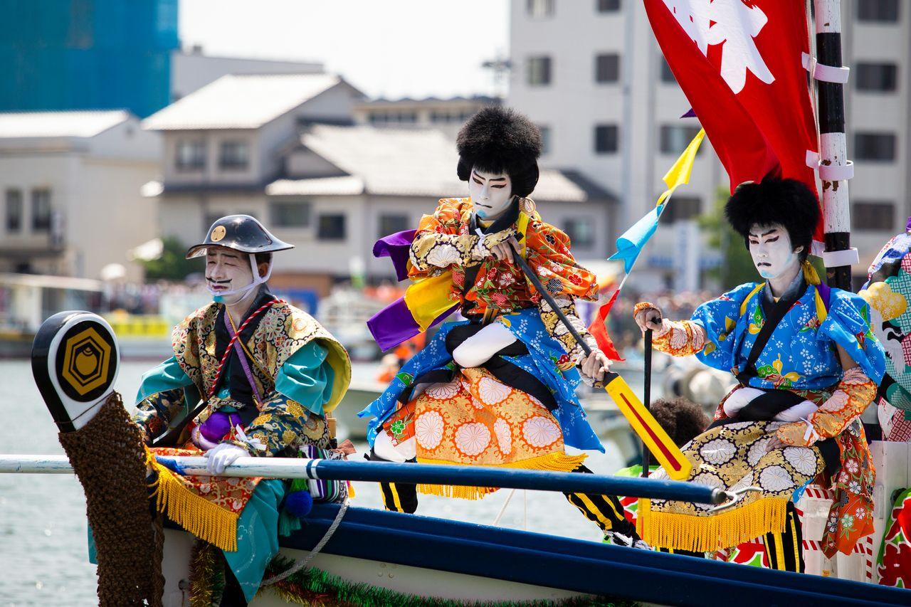 Кэнгай региона Ои пользуются популярностью у зрителей благодаря ярким костюмам и захватывающему танцевальному представлению