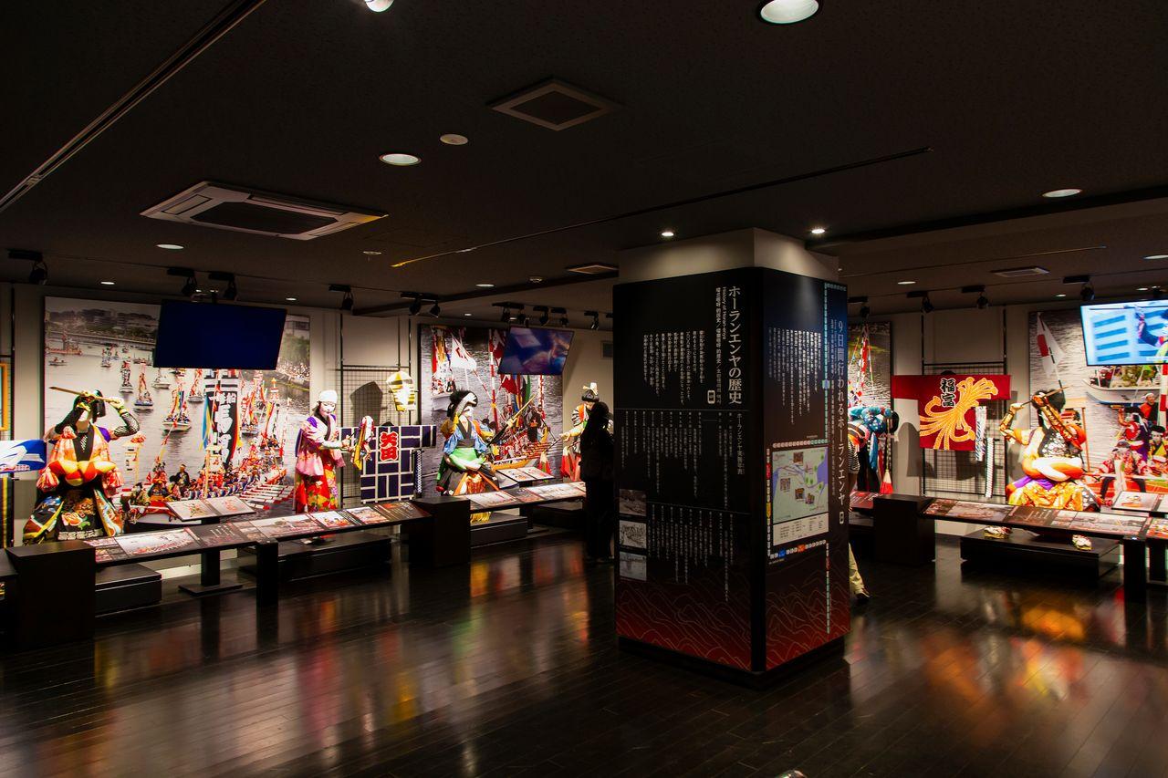 В экспозиции выставлены манекены кэнгай и дзайфури «Пяти земель»