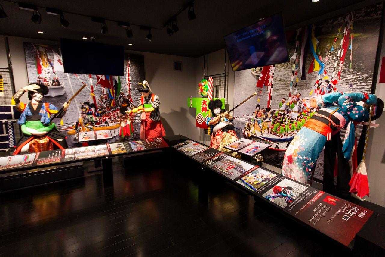 Посетители могут ознакомиться с яркими костюмами и позами танцоров