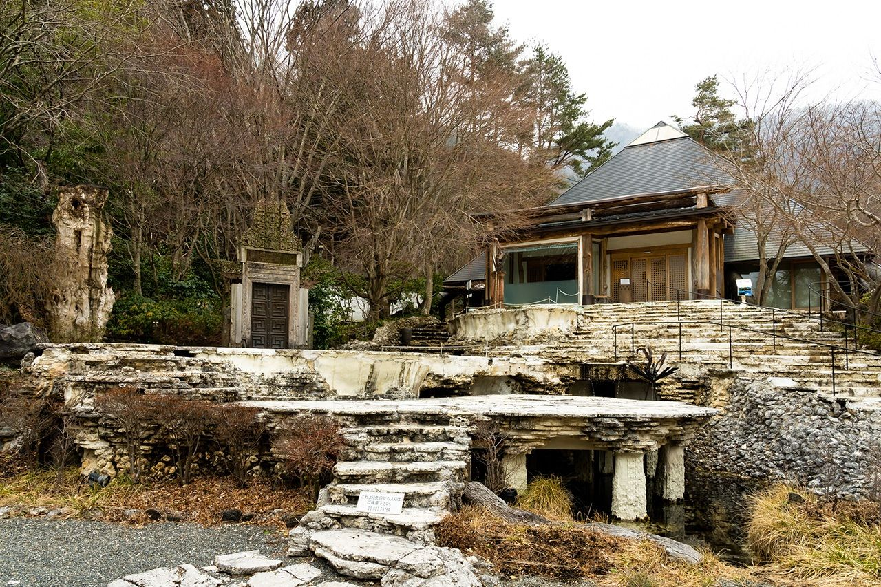 Главное здание на каменном фундаменте