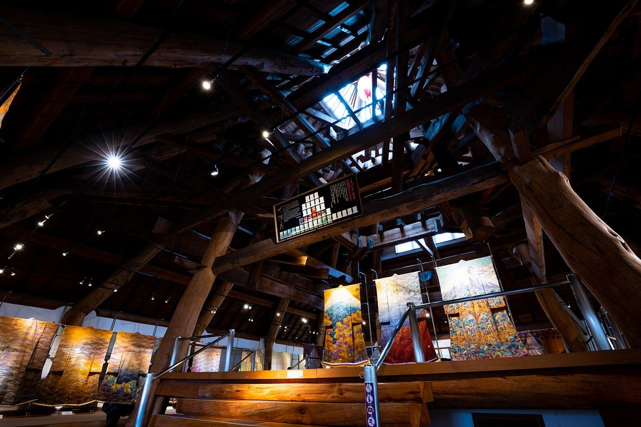 Выставочный зал площадью около 200 кв. м накрыт поддерживаемой столбами крышей, её высота в верÑней точке составляет 13 метров