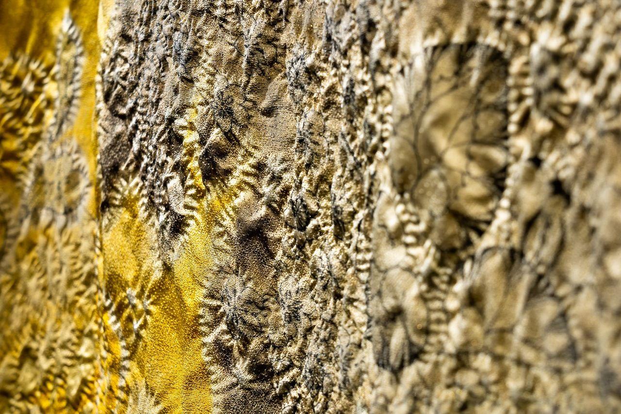 ТеÑника итику цудзигаÑана включает в себя сшивание ткани, связывание её частей, окрашивание, пропаривание для фиксации цвета, ополаскивание в Ñолодной воде и удаление нитей. Ðто повторяется десятки раз, чтобы достичь желаемого результата