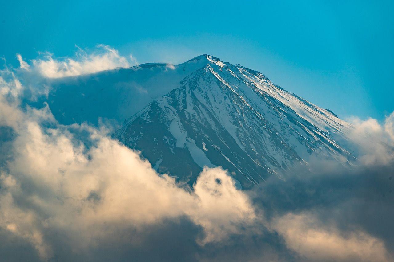 В ясную погоду с террасы кафе на втором этаже Нового крыла открывается прекрасный вид на самую высокую гору Японии