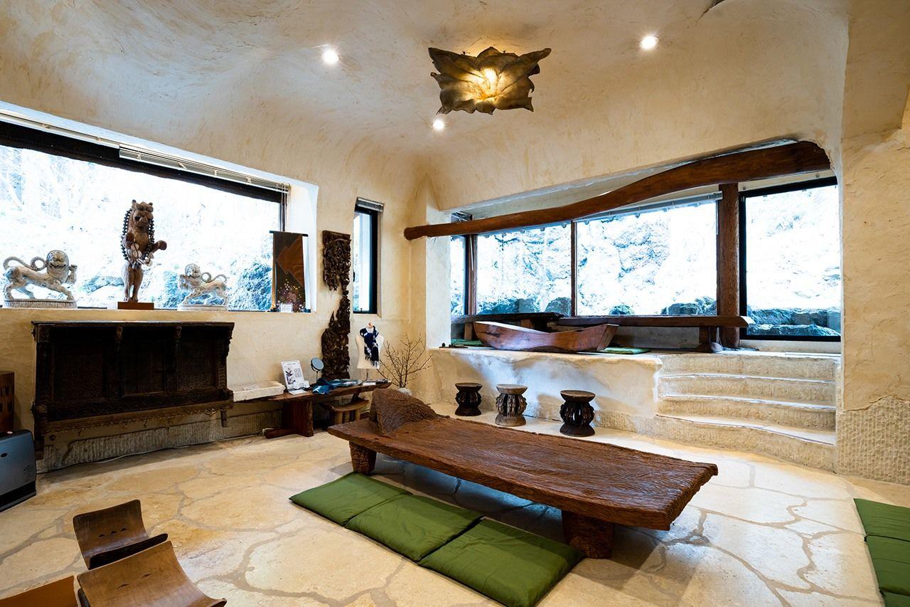 Итику-ан, чайная комната в задней части выставочного пространства, – это место, где можно полюбоваться видом на водопад, выпить чай маття и насладиться традиционными сладостями