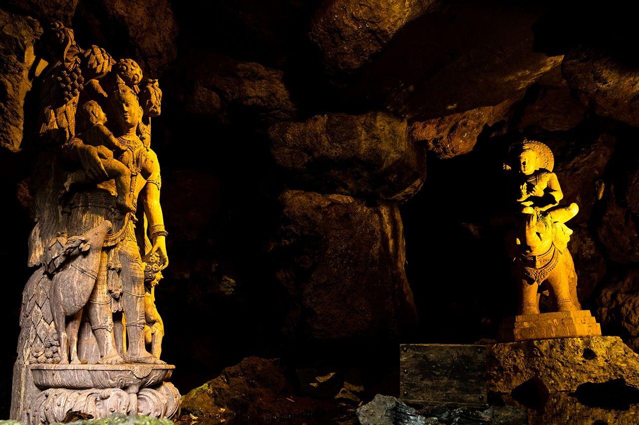 В пещере в верхней части сада на склоне холма находятся две скульптуры Итику, посвящённые его матери: бодхисаттва Самантабхадра (Фугэн-босацу), сидящая на слоне справа, и фигура женщины и ребенка слева