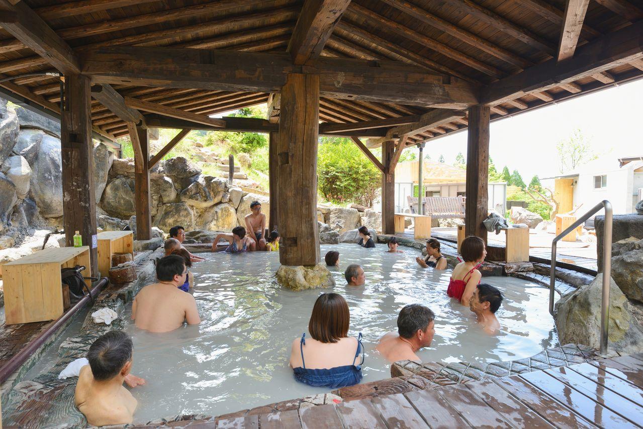 Купальни под открытым небом в Судзумэ-но-ю традиционно являются общими, но купальщикам запрещено обнажаться. Теперь нужно носить либо юамиги (банные костюмы), либо купальники. Стандартный юамиги можно приобрести в сувенирном магазине
